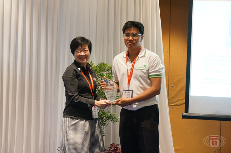 Asia AMCA Annual Regional Meeting 2016: Presenting a Token to Sponsor Wolter