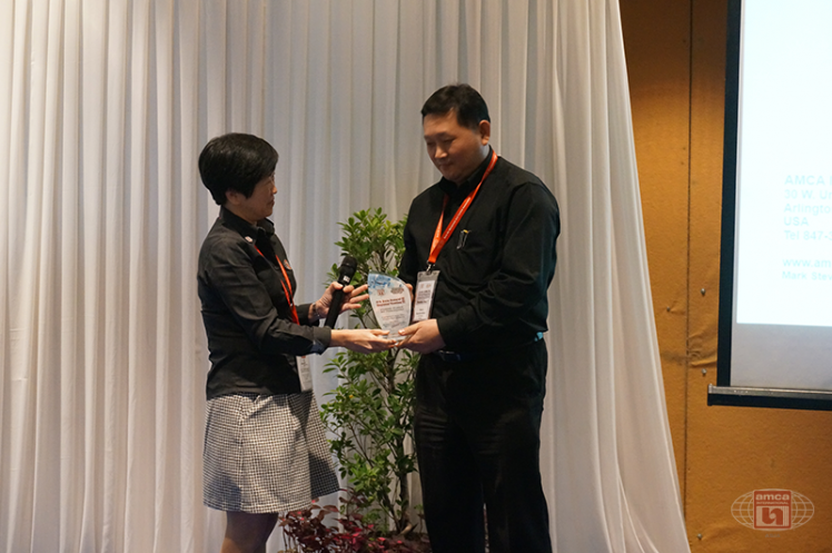 Asia AMCA Annual Regional Meeting 2016: Presenting a Token to a Sponsor SKF