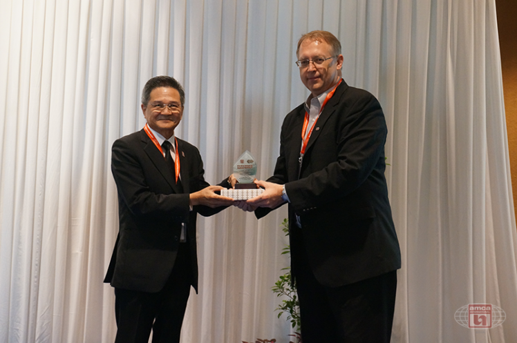 Asia AMCA Annual Regional Meeting 2016: Presenting a Token to Arin Jira